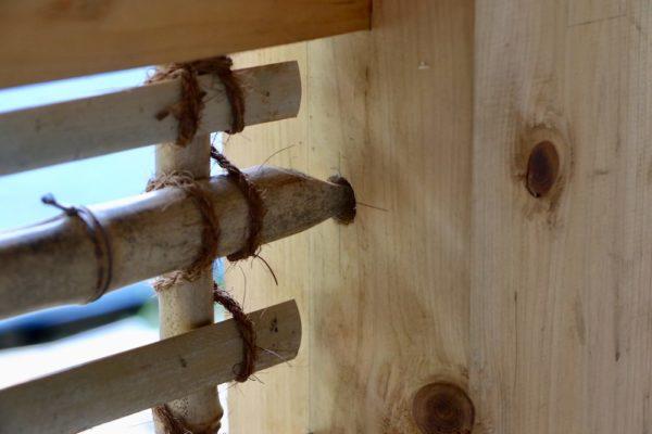 竹の先は丸め、柱へ固定