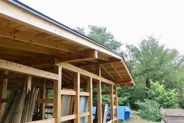 構造材と屋根が完成している