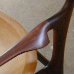 山梨県韮崎市にあるabe椅子店のアームチェア。デザインの正体は堅い木をひたすら磨くことかもしれない。